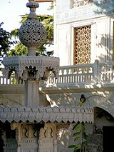 Topkapi Sarayi - courtyard fountain - photo by Jon-Eric Melsæter via Flickr